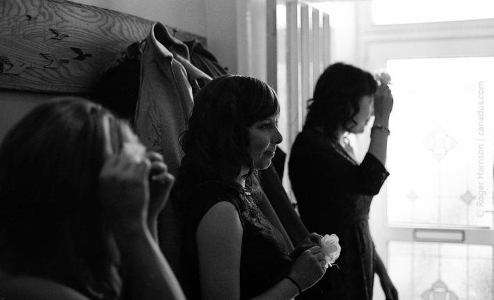 Bridesmaids getting ready Contaxt G1, 45mm, XP2